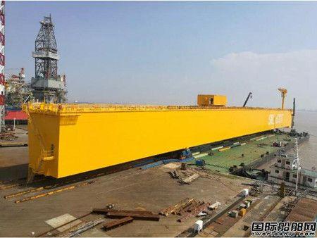 振华重工为裕廊船厂建造600T龙门吊主梁成功过驳