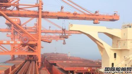 大连港首次实现两艘重载40万吨矿船乘同一潮水靠离泊