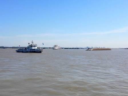 长江镇江水域撞船致3船沉没4人失踪