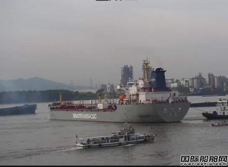 巨型油轮主机故障江中失控冲向多艘船舶
