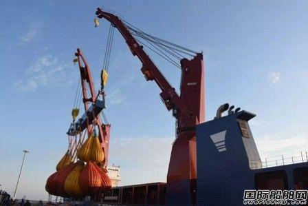 沪东中华13000吨首制船克令吊900吨联吊试验成功