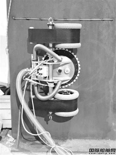 金海船务首台除锈爬壁洗船机器人上岗