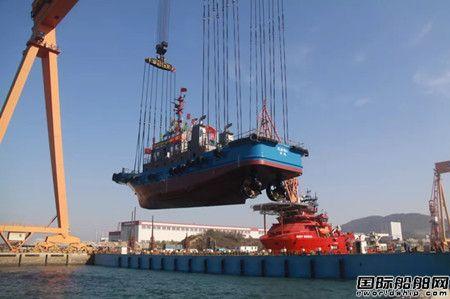 青岛武船两艘全回转拖轮整船吊装下水