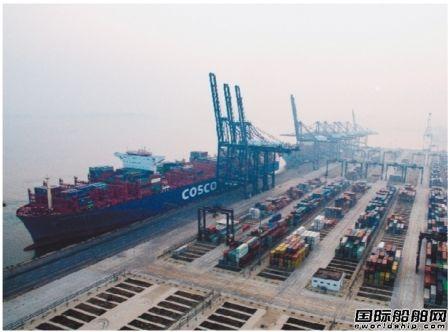 世界最大在航集装箱船靠泊大连港