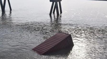 长江太仓段两船相撞115个集装箱落水
