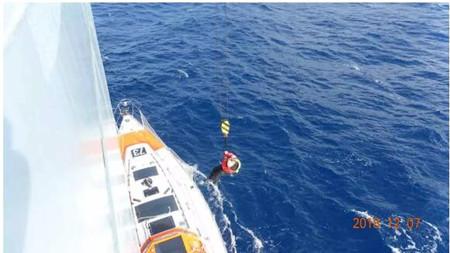 """中远海运""""天福轮""""成功营救遇险英国女帆船手"""