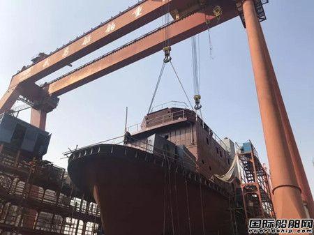 武船1600HP拖轮上建分段总组吊装顺利完成