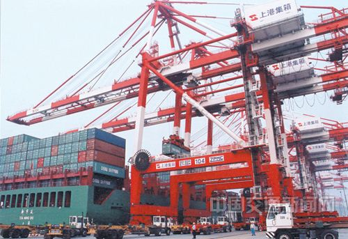 繁忙的上海港外高桥码头