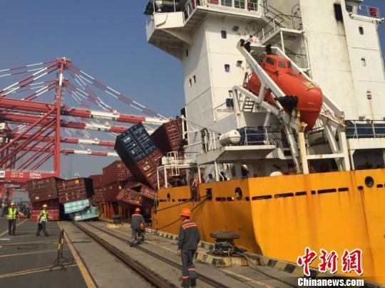 广州南沙港两艘集装箱船相撞无人伤亡