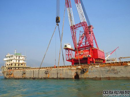 """香港屯门沉没50天散货船""""港鸿6""""轮成功起浮"""