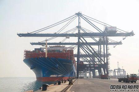 """首艘21000TEU级船""""中远海运星云""""轮靠泊大连港集装箱码头"""