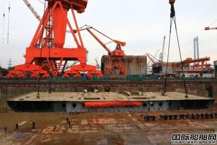 黄埔文冲7800KW绞刀功率自航绞吸挖泥船进坞搭载