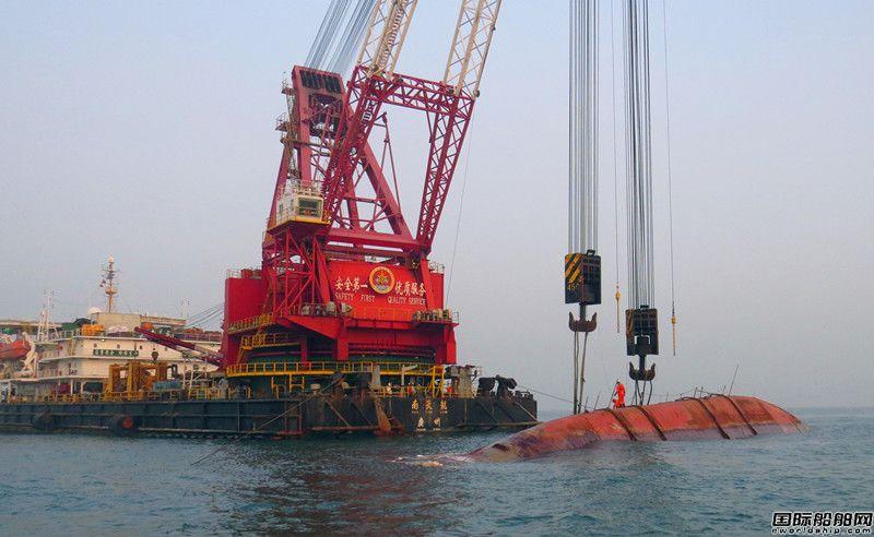 """广州打捞局""""南天龙""""成功打捞香港海域运砂船"""