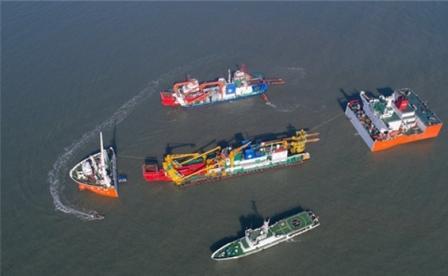"""半潜船""""振华34""""轮在烟台港开展船舶装载作业"""