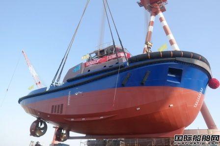 镇江船厂顺利吊装下水2660kW全回转拖船