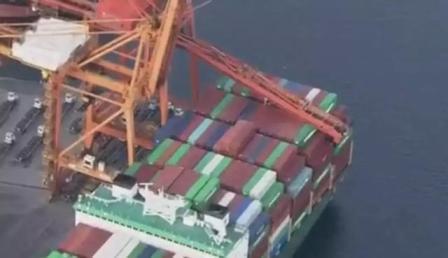 突发!长荣集装箱船撞击岸桥导致后者大臂坍塌