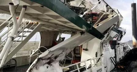 长荣一超大型集装箱船在德国汉堡港撞上渡轮