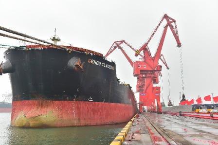 天元物流集团首艘20万吨级矿砂船靠泊青岛港