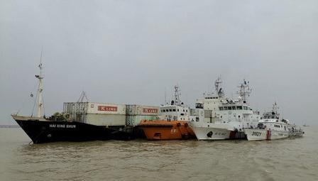 一艘外籍船擅闯长江水域被海事部门截停