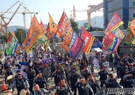 开始罢工!大宇造船工人抗议现代重工收购