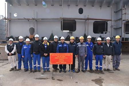 新时代造船首制325000吨大型矿砂船上台合拢