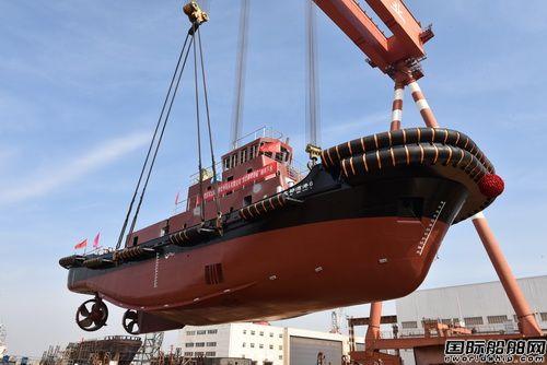 镇江船厂2艘全回转拖船顺利吊装下水