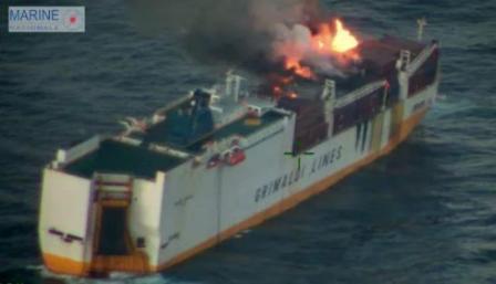 一艘滚装集装箱船在法国发生火灾!