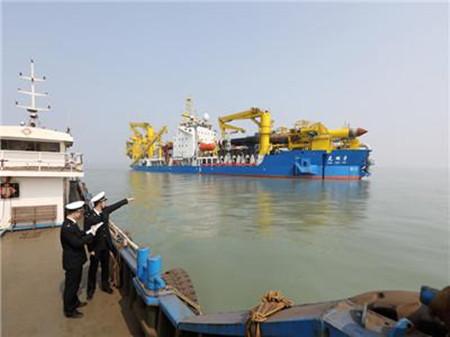 """亚洲最大绞吸挖泥船""""天鲲号""""在连云港首航"""