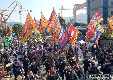大宇造船工人袭击市政府抗议现代重工收购