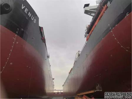 黄埔文冲2艘82000吨散货船同时出坞