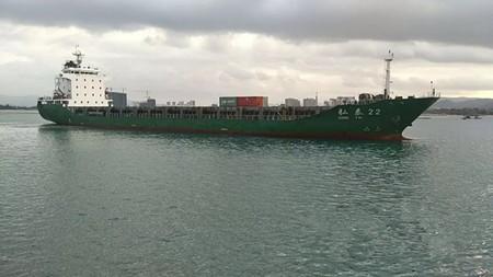 """首艘万吨级集装箱船""""弘泰22""""轮靠泊三亚港"""