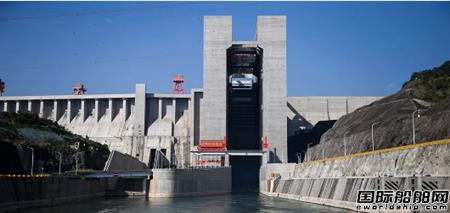 招商轮船首艘滚装船通过三峡大坝升船机
