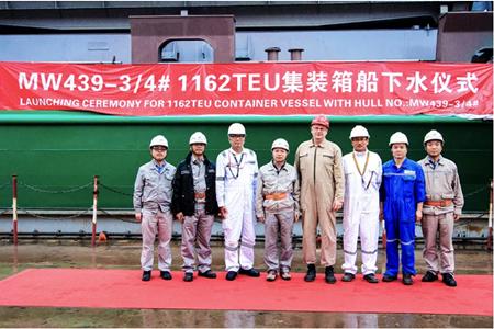 马尾造船两艘1162TEU集装箱船顺利出坞
