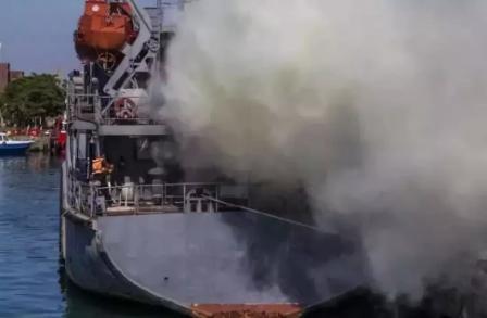 1死2重伤!载98000吨原油油轮起火爆炸