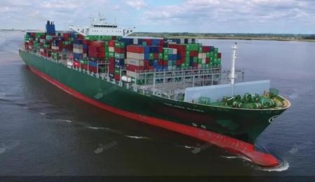 长荣海运大型集装箱船撞上比港码头