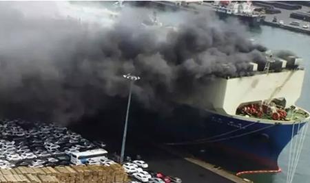韩国一艘汽车运输船起火约1500辆汽车被烧毁