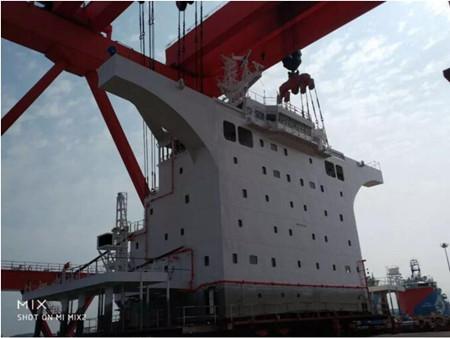 外高桥造船两艘18万吨散货船上建与机舱棚同步装船交付