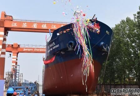 镇江船厂一艘4650吨杂货船命名下水