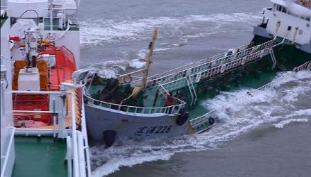 """长江口""""幽灵""""油船抗法逃逸撞上""""海巡01""""轮"""