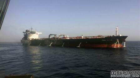 """遇袭船""""Front Alair""""号船员返船协助打捞和货物转运"""