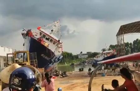 广西一造船厂新造渔船下水侧翻