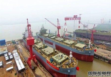 象屿海装一艘63500吨散货船顺利出坞
