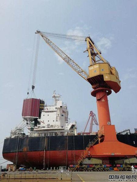 """南通中远海运船务""""纳斯卡""""轮脱硫装置总组模块顺利吊装"""