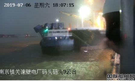 突遭恶劣天气长江水域一艘集装箱船撞上外轮