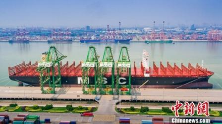 """世界最大集装箱船""""地中海古尔松""""轮天津港首航"""