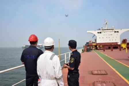 天津海关首次使用无人机开展船舶水尺计重