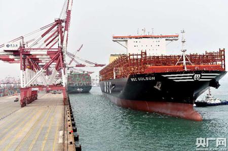 """世界最大集装箱船""""地中海古尔松""""轮首航青岛港"""