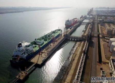 国内首次实现两艘VLGC船同时靠泊作业