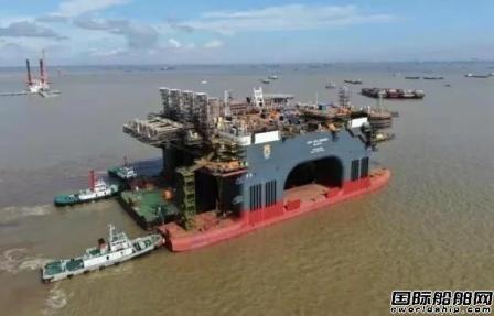 招商局重工第二艘超大型半潜起重生活平台出坞