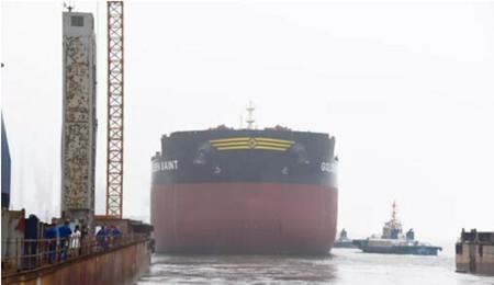 渤船重工一艘21万吨散货船顺利实现下水节点